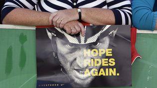 Une supportrice irlandaise tient un poster à l'effigie de Lance Armstrong lors du départ du Tour d'Irlande, à Clonmel, le 22 août 2009. (STEFAN WERMUTH / REUTERS)