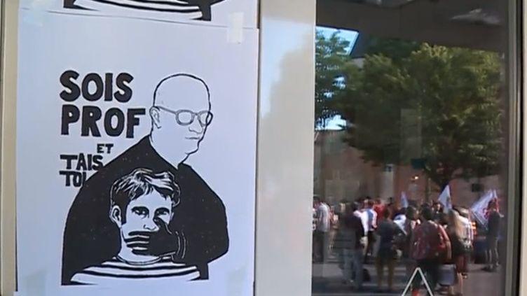 Les professeurs grévistes de Nancy (Meurthe-et-Moselle) sont allés au rectorat remettre symboliquement les copies du baccalauréat qu'ils avaient retenues. (FRANCE 3)