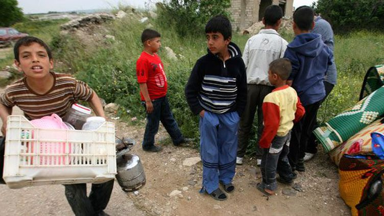 Le 28 avril 2011, des enfants de réfugiés arrivent à Wadi Khaled au nord du Liban.  Des centaines de femmes et d'enfants ont franchi à pied la frontière pour fuir les tirs du côté syrien.  Le 7 mars 2012, un pont par lequel transite la majorité des réfugiés et des blessés vers le Liban a été bombardé par l'armée. (REUTERS/Omar Ibrahim )