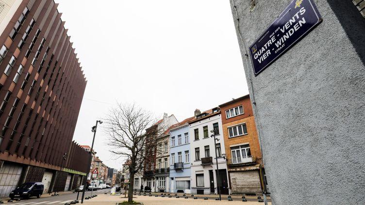 Les policiers sont intervenus dans ces rues de Molenbeek, en Berlgique, mercredi 25 janvier. (THIERRY ROGE / BELGA)