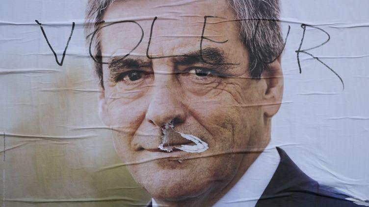 Une affiche de François Fillon pour la primaire à droite en vue de l'élection présidentielle à Paris, le 20 avril 2017. (JOEL SAGET / AFP)
