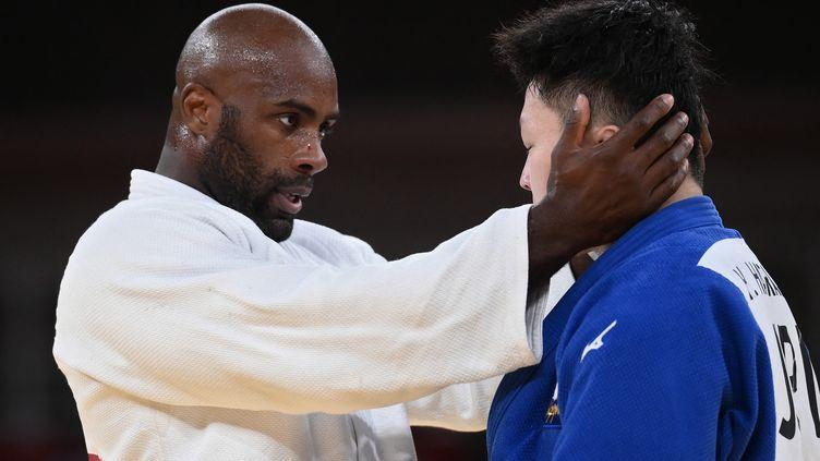 Le Français Teddy Riner salue son adversaire Hisayoshi Harasawa après le match pour la médaille de bronze, vendredi 30 juillet 2021. (FRANCK FIFE / AFP)