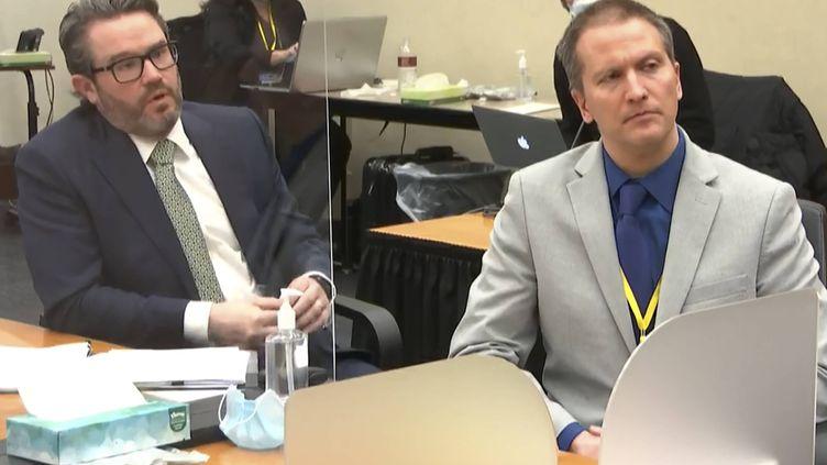 Derek Chauvin (à droite) etson avocat Eric Nelson (à gauche) lors du procès de l'ancien policier à Minneapolis (Etats-Unis), le 19 avril 2021. (AP / SIPA)