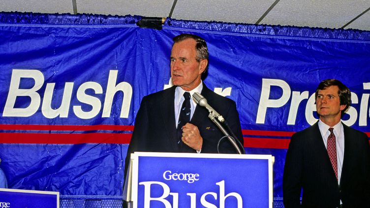 Bush etLee Atwater,son directeur de campagne, après une victoire pour les primaires, à New Hampshire, le 17 février 1988. (RON SACHS / MAXPPP)