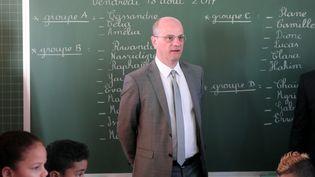 Le ministre de l'Education, Jean-Michel Blanquer, le 18 août 2017, en visite dans une école de Saint-Denis de la Réunion. (RICHARD BOUHET / AFP)