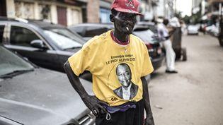 Un supporter du président sortant Alpha Condé à Conakry, le 13 octobre 2020. (JOHN WESSELS / AFP)