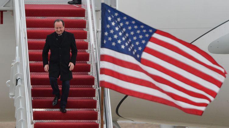 François Hollande arrive sur la base de St Andrews dans le Maryland (USA) le 10 février 2014. AFP (NICHOLAS KAMM / AFP)