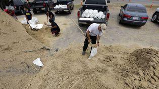 Un Texan remplit des sacs de sable en prévision de l'arrivée de l'ouragan Harvey sur les côtes deCorpus Christi (Texas), le 24 août2017. (ERIC GAY / AP / SIPA)