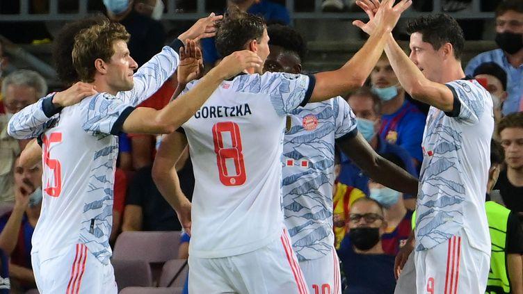 Robert Lewandowski (à droite) et le Bayern ont facilement dominé le Barça au Camp Nou, le 14 septembre 2021. (LLUIS GENE / AFP)