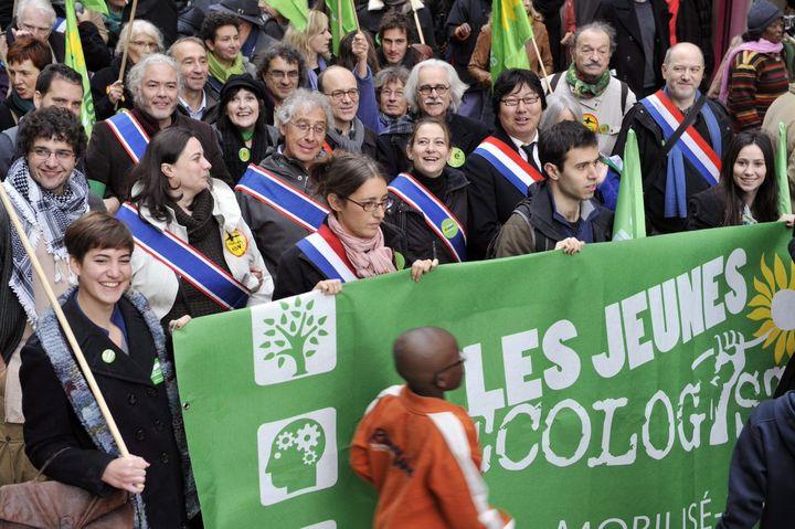 Manifestation des Jeunes écologistes, accompagnés de cadres du parti, contre l'aéroport de Notre-Dame-des-Landes le 10 novembre 2012, à Paris (MEHDI FEDOUACH / AFP)