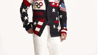 Le joueur de hockey Zach Parise porte la tenue officielle de l'équipe des Etats-Unis, réalisée par Ralph Lauren. Les vêtements, présentés jeudi 23 janvier, ont immédiatement suscité des réactions moqueuses sur les réseaux sociaux. (AP / SIPA)