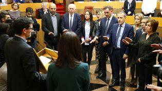 Le président de l'Assemblée, Jean-Guy Talamoni, et le président du conseil exécutif, Gilles Simeoni, ont prêté serment après leur élection, avec d'autres membres de la collectivité unique territoriale, mardi 2 janvier, à Ajaccio. (PASCAL POCHARD-CASABIANCA / AFP)