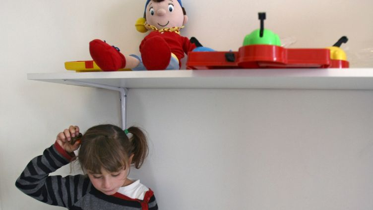 Une enfant autiste de 9 ans, pendantun cours dispensé par la structure associative Maia (Maison pour l'apprentissage et l'intégration des enfants avec autisme), à Paris, le 29 septembre 2009. (JOEL SAGET / AFP)