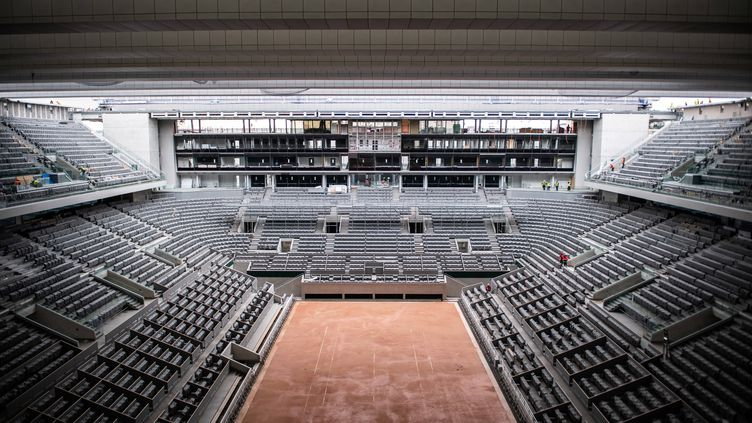 Le court Philippe-Chatrier, doté d'un toit rétractable, aura une atmosphère particulière cette année avec les 5000 spectateurs autorisés par jour.  (MARTIN BUREAU/AP/SIPA / SIPA)
