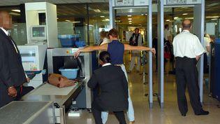Contrôle de sécurité à l'aéroport d'Orly (Val-de-Marne), le 10 septembre 2004. (JEAN AYISSI / AFP)