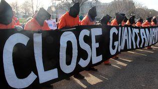 Manifestants réclamant la fermeture du camp de Guantanamo à Washington le 11 janvier 2015, à l'occasion du 13e anniversaire de l'arrivée des premiers prisonniers au centre de détention américain à Cuba. (ERKAN AVCI / ANADOLU AGENCY)