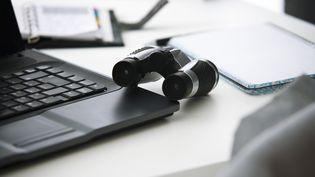 L'Association des services internet communautaires (Asic) s'inquiète des nouveaux moyens de surveillance accordés aux autorités. (ALIX MINDE / AFP)