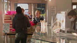 En pleine crise du coronavirus Covid-19, de nombreux professionnels n'ont pas d'autre choix que de trouver eux-mêmes leurs propres solutions pour s'en sortir. À Paris, une boulangerie ouvre sa boutique à un maraîcher pour qu'il puisse vendre ses produits. (France 2)