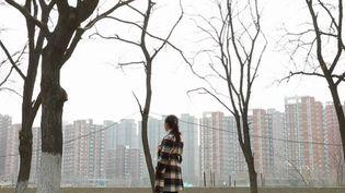"""La Chine chasse les pauvres de sa capitale ? Des paysans chinois venus travailler en ville s'entassent au cœur de la cité, alors que les autorités entendent """"nettoyer"""" les lieux et se débarrasser de ces habitants. (France 2)"""