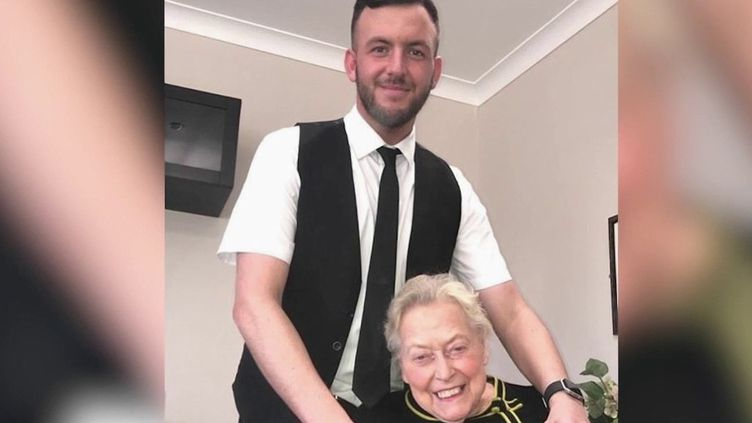 """En Écosse, la résidente d'un centre pour malades d'Alzheimer a appris la chanson """"My Way"""", de Frank Sinatra. Sa reprise est parmi les chansons les plus téléchargées sur internet. (FRANCE 2)"""