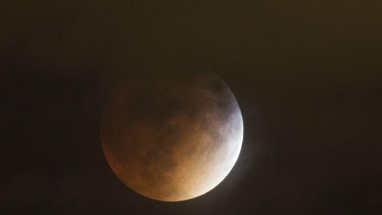 Une éclipse lunaire totale lors de la Super Lune, le 27 septembre 2015, à Denver, au Colorado. (GARY C. CASKEY / MAXPPP)