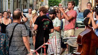 Jazz in Marciac, le festival se joue aussi dans les rues du village du Gers  (REMY GABALDA / AFP)