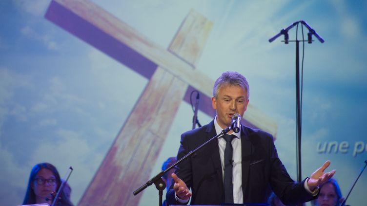 """Le pasteurSamuel Peterschmitt durant l'inauguration de""""l'église évangélique de la Porte ouverte chrétienne"""" à Mulhouse (Haut-Rhin), le 9 mai 2015. (SEBASTIEN BOZON / AFP)"""