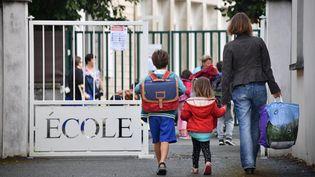 Des enfants arrivent dans une école de La Rochelle (Charente-Maritime), le 4 septembre 2017. (XAVIER LEOTY / AFP)