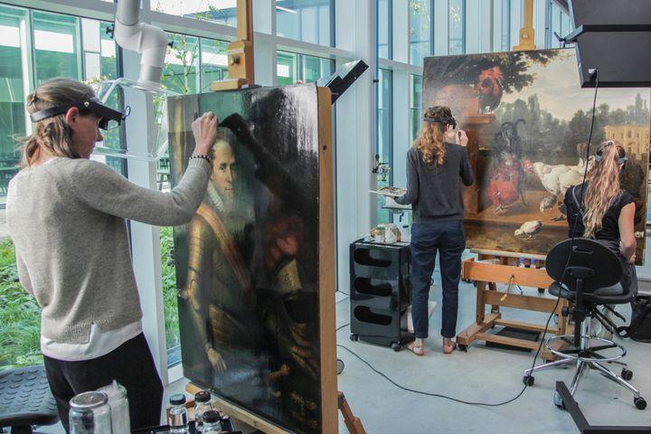 Des conservatrices travaillant sur des oeuvres destinées à entrer dans le nouveau Centre d'art d'Amersfoort aux Pays-Bas, le 7 septembre 2021 (CLEMENCE OVEREEM / AFP)