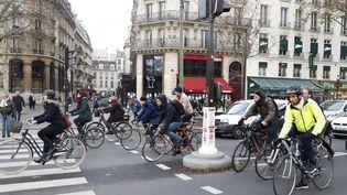 A défaut de transports en commun, des Parisiens se déplacent à vélo, le 12 décembre 2019, pendant la grève contre la réforme des retraites. (MAXPPP)