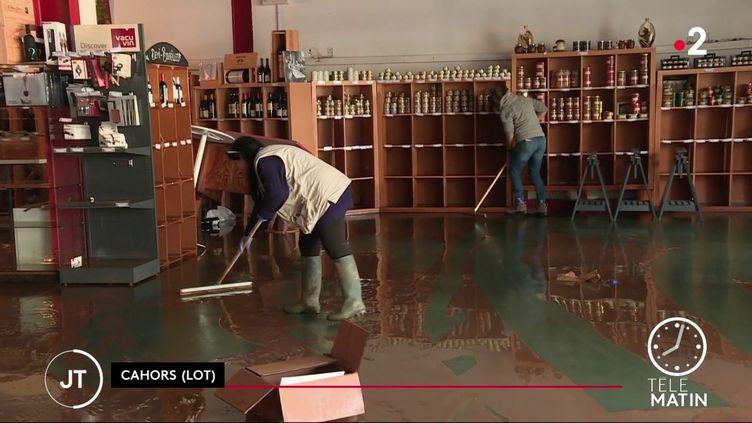 Des femmes nettoyant une boutiue à Cahors, dans le Lot. (France 2)