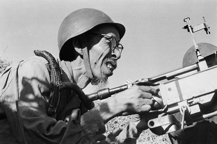 16 novembre 1967. Un vieux milicien de la province de Quang Binh vient d'abattre un avion F4H.  (Chu Chi Thành)