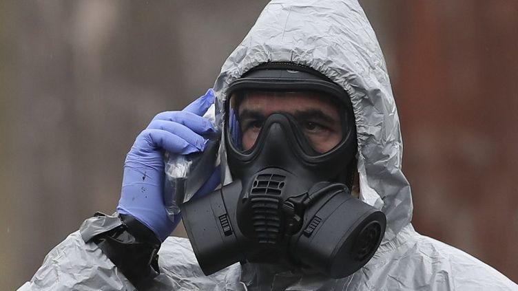 Le 4 mars, Sergueï Skripal, 66 ans, et sa fille Youlia, 33 ans, ont été découverts empoisonnés sur un banc de la petite ville de Salisbury, en Angleterre. Ci-contre, un militaire lors des investigations menées après cet empoisonnement. (DANIEL LEAL-OLIVAS / AFP)