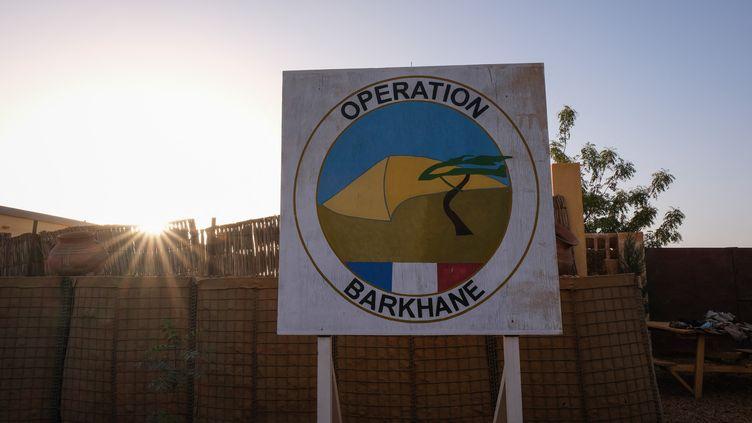 Panneau du logo de l'opération Barkhane à Gao, au Mali, en avril 2021. (FRED MARIE / HANS LUCAS)