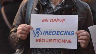 Un membre de SOS médecins en grève, à Rennes (Ille-et-Vilaine), le 29 décembre 2014. (CITIZENSIDE/KÉVIN NIGLAUT / AFP)