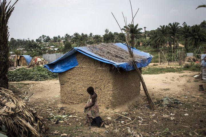 De nombreux Pygmées vivent dans des villages de fortune à la périphérie des villes. Ils sont aussi victimes desattaques de bandes armées dans l'est de la RDC. (JOHN WESSELS / AFP)