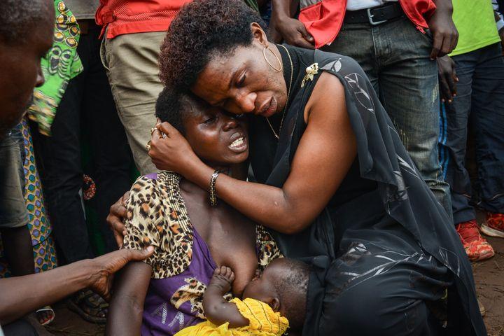 Des membres d'une famille de victimes tuées par un groupe armé àRuhagarika, au Burundi, le 15 mai 2018. (STR / AFP)