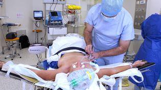 Une opération du cancer du seinà Montpellier en 2014. (GUILLAUME BONNEFONT / MAXPPP)