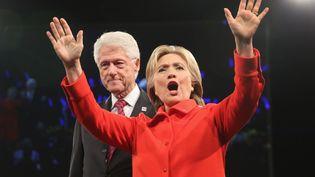 Bill et Hillary Clinton lors d'une collecte de fonds à Des Moines (Etats-Unis), le 24 octobre 2015. (SCOTT OLSON / GETTY IMAGES NORTH AMERICA / AFP)