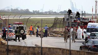 Le site du crash de l'avion de la Défense française le 24 octobre 2016 à l'aéroport international de Malte. (DOMENIC AQUILINA / ANADOLU AGENCY / AFP)