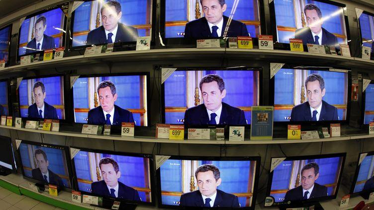 Dans un magasin de Nice (Paca), retransmission d'une interview de Nicolas Sarkozy, le 16 novembre 2010. (ERIC GAILLARD / REUTERS)