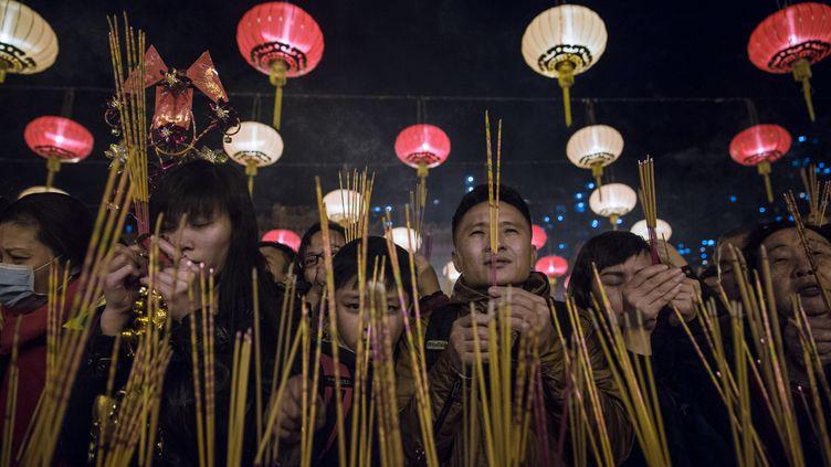 Des millions de Chinois se pressent dans les temples pour prier, à l'occasion du nouvel an lunaire. (DALE DE LA REY / AFP)