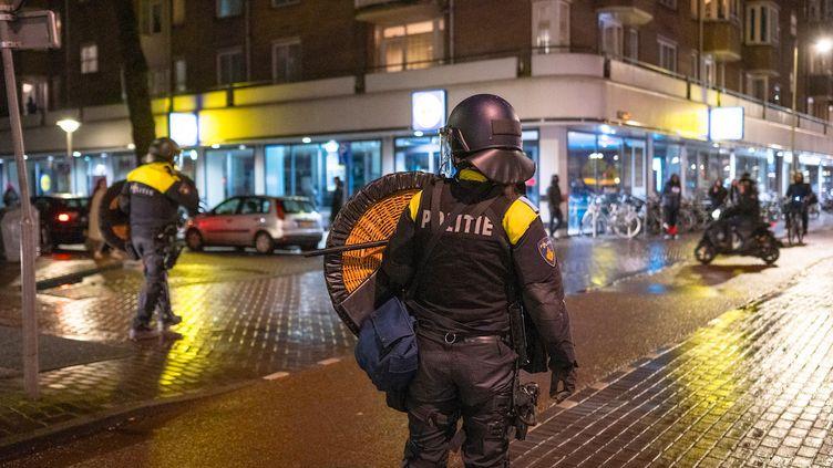 Des policiers dans une rue d'Amsterdam (Pays-Bas), pendant le couvre-feu, le 25 janvier 2021. (Els Zweerink / ANP MAG / ANP via AFP)