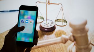 Un smartphone avec les applications Facebook, Twitter et Google. (EMIN SANSAR / ANADOLU AGENCY)