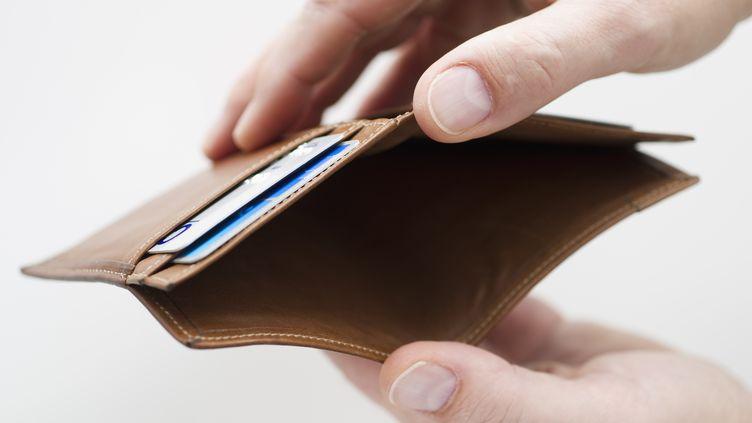 Selon cette étude, un Français sur cinq se retrouve à découvert de 568 euros en moyenne chaque mois. (TOM GRILL / GETTY IMAGES)