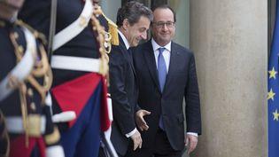 Nicolas Sarkozy et François Hollande, le 25 juin 2016, sur le perron de l'Elysée. (GEOFFROY VAN DER HASSELT / AFP)