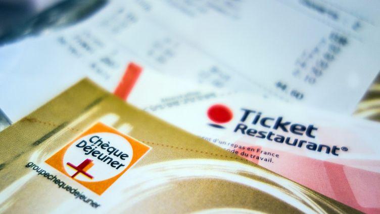 L'utilisation des tickets restaurants sera autorisée les week-ends et les jours fériés, jusqu'à la fin 2020. (PHILIPPE HUGUEN / AFP)