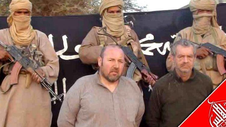 Document non daté, publié par al-Andalus, la branche média d'al-Qaïda au Maghreb islamique, où figurentSerge Lazarevic (à gauche) et son co-détenu Philippe Verdon, tué d'une balle dans la tête, dont le corps a été retrouvé en juillet 2013. (AFP PHOTO/ANI/AQMI)