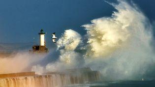 Une vague s'écrase sur une digue, dans le port de Boulogne-sur-Mer (Pas-de-Calais), le 28 octobre 2013. (PHILIPPE HUGUEN / AFP)
