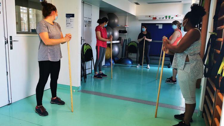 Une séance de sport avec les anciens malades du Covid-19 pour retrouver la forme physique et mentale, à l'Hôtel-Dieu à Paris début septembre. (NINA VALETTE / RADIO FRANCE)